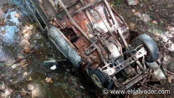 Pick Up cae en barranco de 6 metros de profundidad en Usulután - elsalvador.com