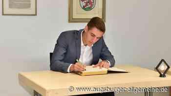 Kaufering: Florian Neuhaus trägt sich ins Goldene Buch ein - Augsburger Allgemeine