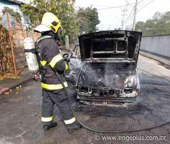 Carro é destruído por incêndio em Cocal do Sul - Engeplus