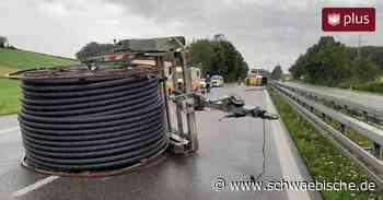 Unfall auf der B30 bei Biberach: Anhänger kippt um - Schwäbische