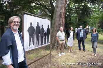 Cartoonist stelt humoristische foto's tentoon in tuin 's Gravenwinkel - Het Nieuwsblad