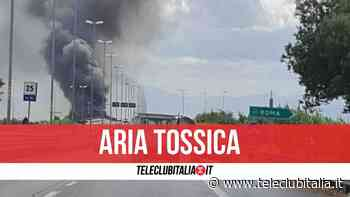 Rogo tossico ad Afragola: enorme nube nera visibile a chilometri di distanza - Teleclubitalia.it