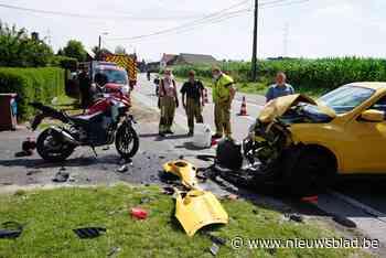 Motorrijder (22) zwaargewond na klap tegen indraaiende auto