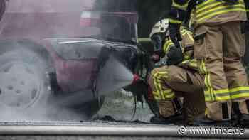 Feuerwehr: Brand am Straßenrand in Vogelsdorf – Auto fängt Feuer - moz.de