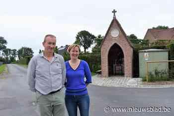 """Koppel bouwt met veel helpende handen bouwvallige kapel weer op: """"Kregen het niet over ons hart ze verder te laten verloederen"""""""