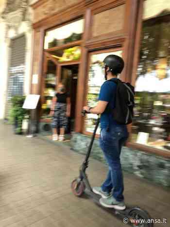 Monopattini e bici sotto i portici, è allarme a Torino - Agenzia ANSA