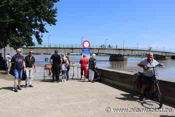 """Duizenden toeristen op de oevers om de overstroomde Maas te zien: """"Ze is wel echt heel breed""""<BR />"""