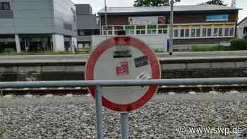 Tod eines 19-Jährigen in Tübingen: Nachgefragt: Warnschilder am Bahnhof Metzingen kaum zu entziffern - SWP