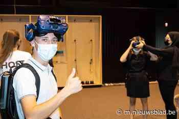 """Zussen spelen VR-spel 'De Mol' met de echte Mol: """"Mijn zus heeft dat goed geregeld, zo een vrijgezellenfeestje - Het Nieuwsblad"""