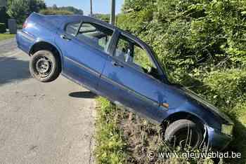 Wielertoeristen vinden auto in gracht, maar geen bestuurder