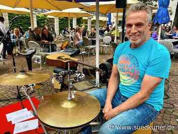 Donaueschingen: Der Donaueschinger Musiker Sebastian Schnitzer sorgt für ein musikalisches Spektakel in der Innenstadt - SÜDKURIER Online