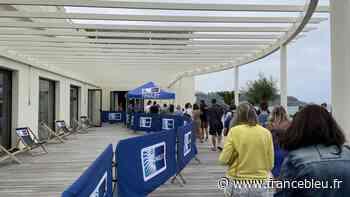 Anglet : du monde à l'ouverture du centre de vaccination à l'espace de l'Océan sur la plage - France Bleu