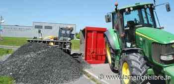 [Photos] Condé-sur-Vire. 14 tonnes de graviers sur la route, la remorque s'est retournée - la Manche Libre