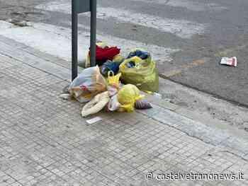 """Vestiti abbandonati per strada dentro sacchettini, Don Randazzo:"""" Questa non è caritá, ma cattiva educazione """" - Castelvetranonews.it - Castelvetrano News"""