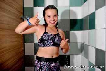 """Nora (10) redt jongen (6) van verdrinking in zwembad: """"Toen hij belletjes uitblies, ben ik naar de bodem gedoken"""""""