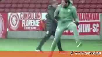 Abel Ferreira consegue vitória sofrida em Porto Alegre e acaba a pontapear copos de água - Record