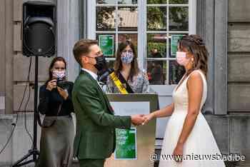 Bjorn en Eline stappen als eersten in openlucht in huwelijksbootje - Het Nieuwsblad