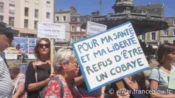 Plus de 400 personnes à Cherbourg contre l'extension du pass sanitaire - France Bleu