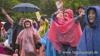 Tanzen im Regenponcho: Endlich wieder Konzerte unter freiem Himmel in Berlin - Tagesspiegel