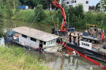 """Zinkend schip wordt weggehaald aan de Brugsevaart: """"Eigenaar ondernam geen actie"""" - Het Nieuwsblad"""