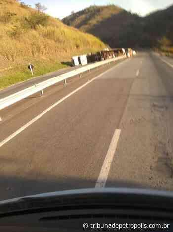 Meia pista é liberada na BR-040, na altura de Areal, após pista ser interditada por tombamento de carreta   Tr - Tribuna de Petrópolis