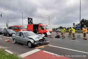Auto's botsen tegen elkaar op afrittencomplex (Lichtervelde) - Het Nieuwsblad