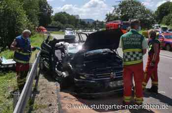 Unfall bei Metzingen - 84-jährige Autofahrerin gerät in Gegenverkehr – fünf Verletzte - Stuttgarter Nachrichten