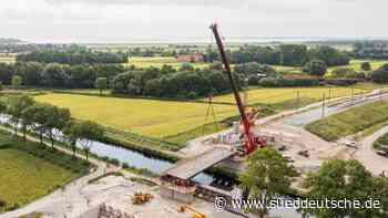 Brückenkonstruktion für Bahn zum JadeWeserPort eingehoben - Süddeutsche Zeitung