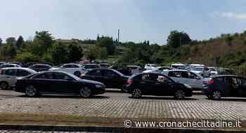 Valmontone. Obbligatori anche crema solare ed auto con clima per accedere al centro vaccinale dell'outlet. Oltre 350 auto in coda... - Cronache Cittadine
