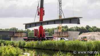 Sande: Neue Brückenkonstruktion für Bahnstrecke errichtet - NDR.de
