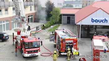 Feuerwehreinsatz in Finsterwalde: Vier Fahrzeuge bei Brand in Tiefgarage in Friedrich-Engels-Straße beschädigt - Lausitzer Rundschau