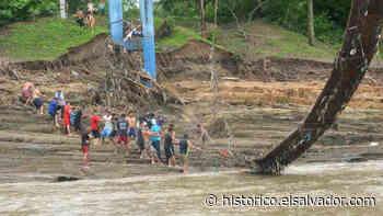 """""""Aquí estamos solos, nadie ha venido a ayudarnos"""", habitantes de Guazapa y Aguilares intentan recuperar puente dañado por río Acelhuate   Noticias de El Salvador - elsalvador.com - elsalvador.com"""