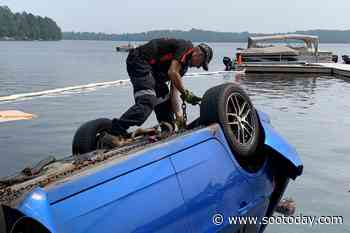 ONTARIO: Towing crew removes submerged car which crashed into North Bay lake - SooToday