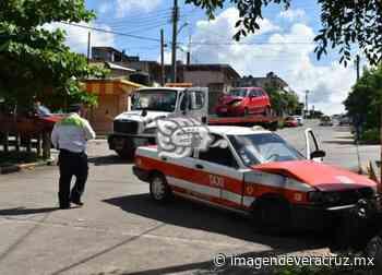 Conductor de taxi resultó lesionado tras chocar contra grúa en Acayucan - Imagen de Veracruz