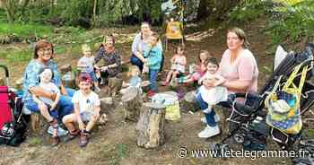 À La Feuillée trois assistantes maternelles de Landivisiau et leur petite troupe sur le circuit de la balade du bourg - Le Télégramme