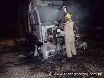 Caminhão é destruído pelo fogo em propriedade rural de Pontes e Lacerda – TV Centro Oeste - Tv Centro Oeste
