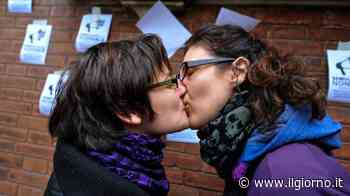 Ragazze si baciano in pubblico ad Arzano: aggredite con schiaffi e insulti - Il Giorno