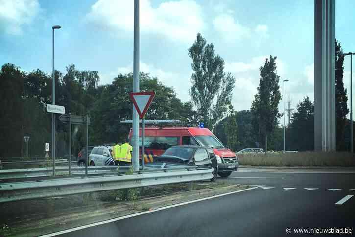 Wagen tegen vangrails op rotonde aan Hasseltweg in Genk<BR />