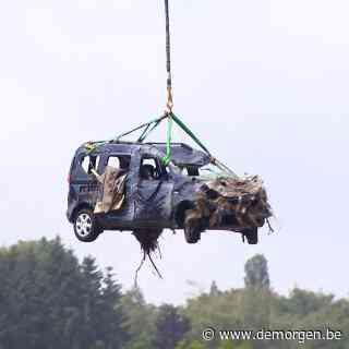 ▶ Leger zet helikopter in om auto's op te ruimen na overstromingen: 'Werken zullen nog weken duren'