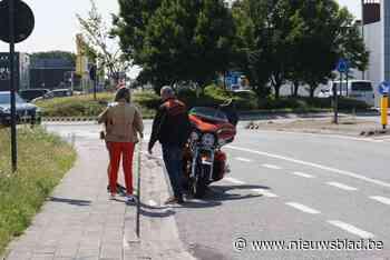 Motorrijder botst met fietser op rotonde (Wevelgem) - Het Nieuwsblad