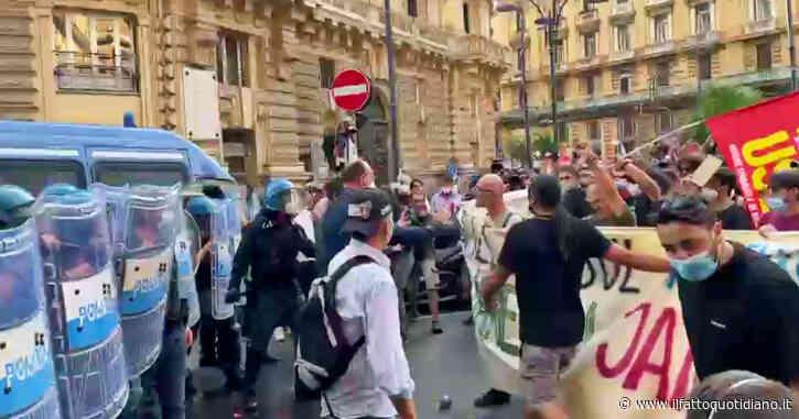 """G20 a Napoli, la città è blindata. Tensione tra manifestanti e polizia con lancio di palloncini pieni d'acqua: """"Ennesima passerella dei potenti"""""""