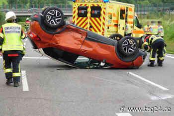 Renault überschlägt sich und bleibt auf Dach liegen: Zwei Verletzte - TAG24