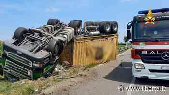 Camion si ribalta lungo la Provinciale per Cortemaggiore: autista ferito - Libertà