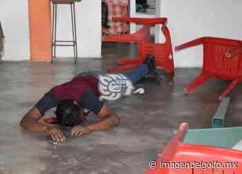 Joven motociclista derrapa y termina adentro de fonda en Acayucan - Imagen del Golfo