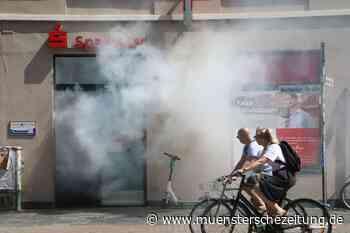 Rauch dringt aus Sparkassen-Filiale