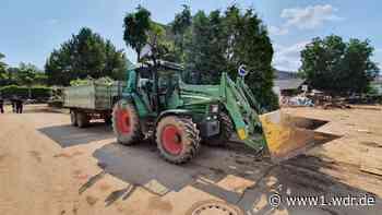 Landwirte mit Traktoren und Baggern im Hochwasser-Dauereinsatz