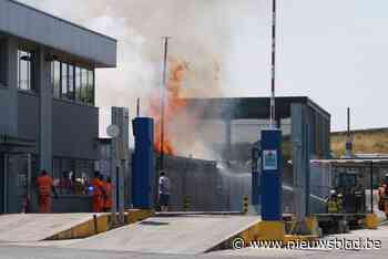 Felle brand bij Imog doordat houtopslagplaats plots vuur vat