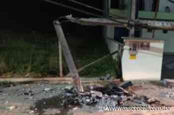 Rastro de óleo na pista leva polícia de Indaial a encontrar carro de luxo que destruiu poste   NSC T - NSC Total