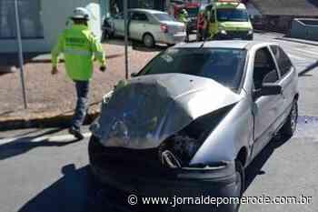 Carro colide em estabelecimento comercial, em Indaial - Jornal de Pomerode