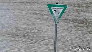 Hochwasser bei Plattling reißt Auto mit: Frau und Hund gerettet - BR24